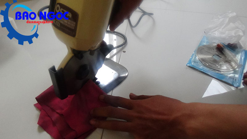 Cắt thử máy cắt vải cầm tay Octa RS-110